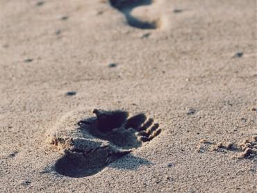 plage les pieds nus